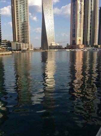 Dubai Marina Apartments: Nearby promenade Marina walk