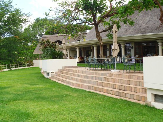 Ilala Lodge: Garden and dining