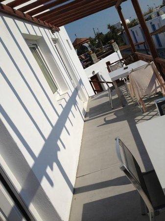 Sofia Village: la terrazza di una delle stanze adiacente alla piscina