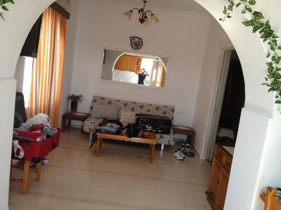 Sofia Village: il disimpegno della stanza con divano letto