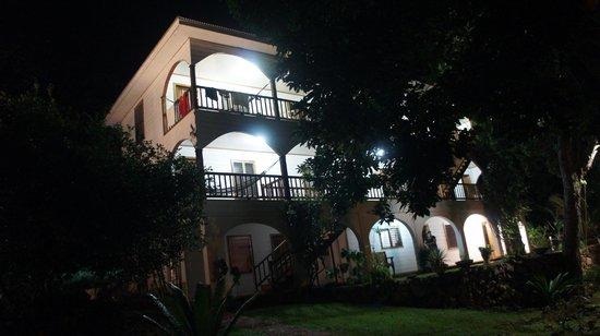 The Colibri Hill Resort : El hotel de noche