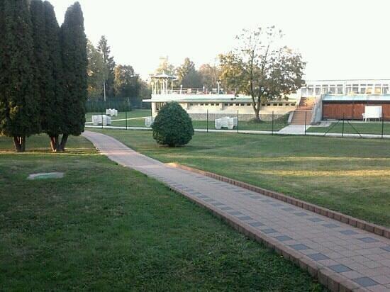 Termal Hotel Aqua: Parco che conduce alle Terme.