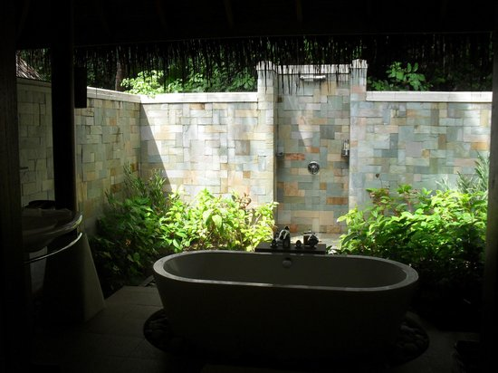 Baros Maldives: the fabulous bathroom with outdoor shower