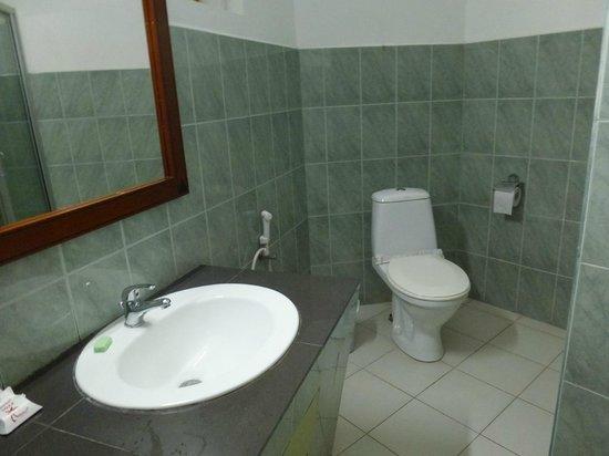 Hikkaduwa Beach Hotel: bathroom