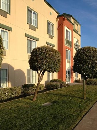 Country Inn & Suites By Carlson, San Carlos: devant l'hotel (en evitant de prendre la route en photo)
