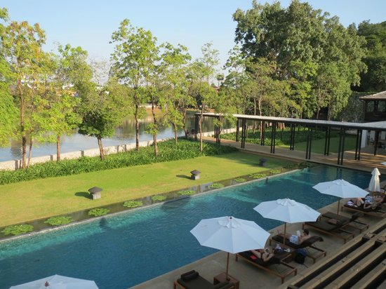 Anantara Chiang Mai Resort: View from sunbeds on the terrace above the pool