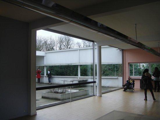 sala de estar y patio interno - Picture of Villa Savoye, Poissy ...