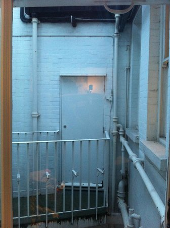 11 Cadogan Gardens: View from our room. Horrible.