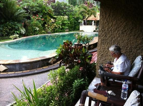 Padangbai Beach Homestay: little verAnda at the pool site