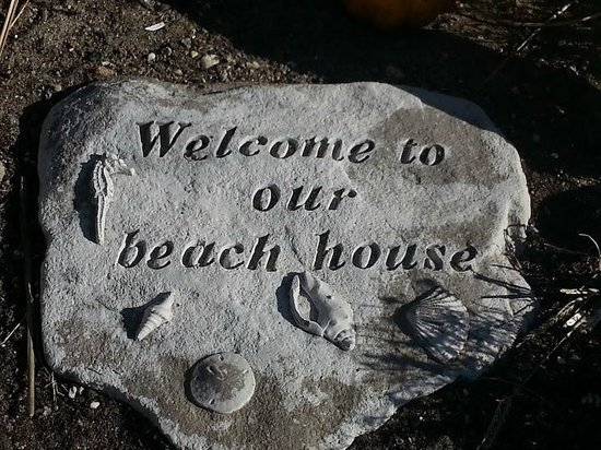 Surrey Beach House: Rock in small garden in front.