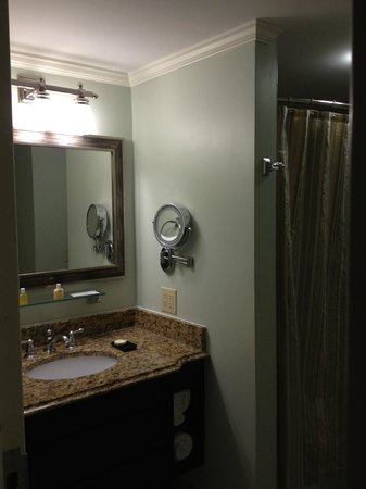 King Charles Inn: Note lighted makeup mirror!