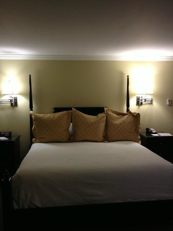 King Charles Inn: Comfy king size bed