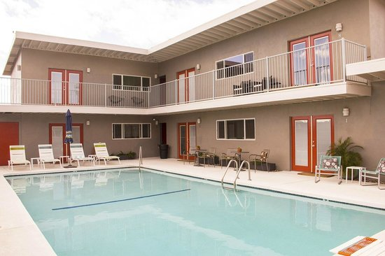 Desert Hot Springs Inn : Mineral water pool courtyard