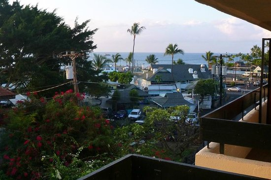 Kona Seaside Hotel : Great view from our balcony towards the sea.
