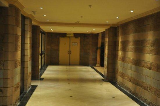 Peermont Mondior at Emperors Palace: Hallway