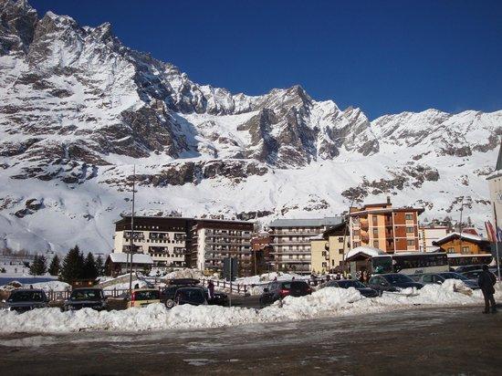 Jumeaux Hotel: Вид отелей Брёля на фоне гор