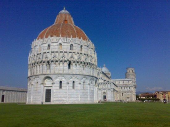 Piazza dei Miracoli:                   Крестильня