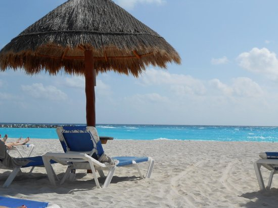 Krystal Cancun: Relaxing on the Beach