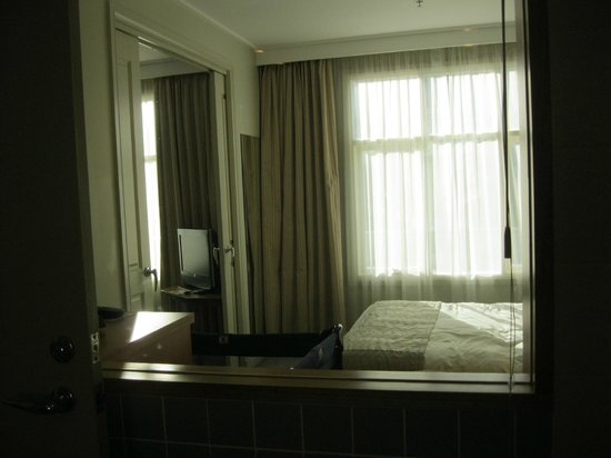 Crowne Plaza Newcastle: Peakaboo window from the bathroom to the bedroom
