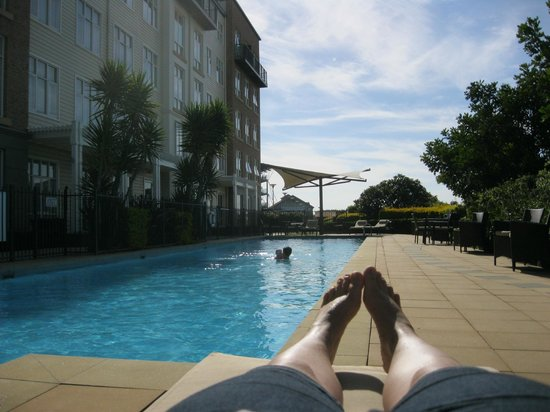 Rydges Newcastle: Relaxing by the pool