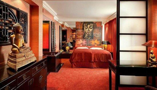 buddha suite mit domblick bild von savoy hotel k ln. Black Bedroom Furniture Sets. Home Design Ideas