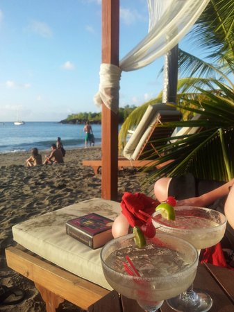 Ti Kaye Resort & Spa: Happy Hour on beach via Terry
