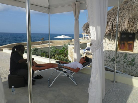The SPA Retreat Boutique Hotel: Open air reflexology treatment with Peter