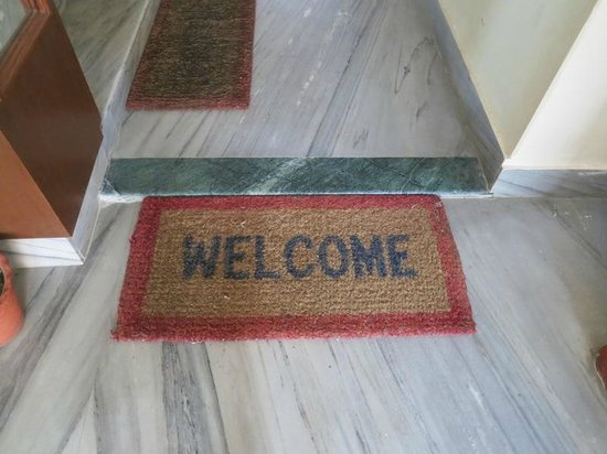 Hotel Family Home: Mat in the lobby to stairs