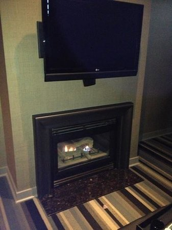 Kensington Riverside Inn: fireplace & TV