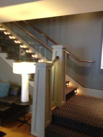Kensington Riverside Inn: stairs