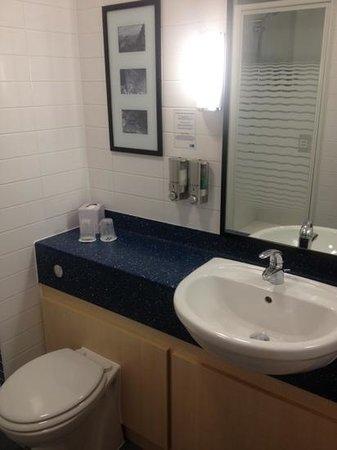 Holiday Inn Express Braintree: Bathroom