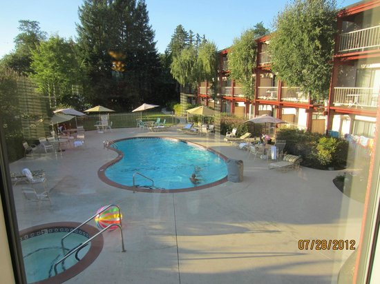 Best Western Plus Humboldt House Inn: Pool and hot tub area, looking from the breakfast/wine reception room