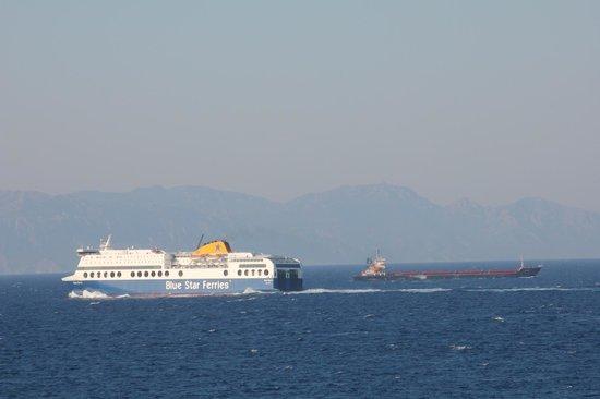 Cactus Hotel: Ships passing hotel Cactus