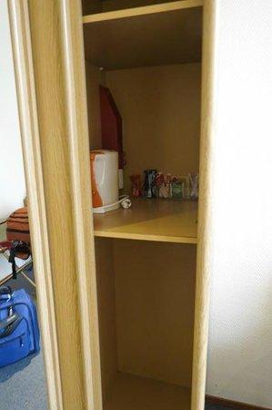 โรงแรมฟิต้า: second half of closet
