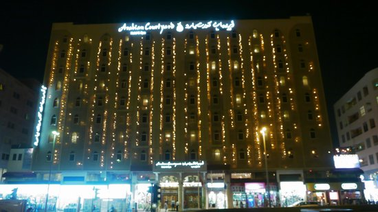 Arabian Courtyard Hotel & Spa: El frente de noche