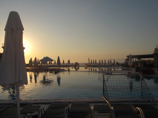 Sealight Resort Hotel: The pool in the evening