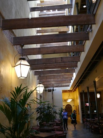 Country Inn & Suites By Carlson, New Orleans French Quarter: Hotel lobby -- looking up to rafters in open atrium