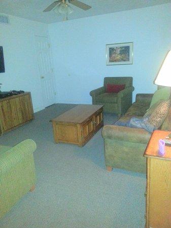 Roundhouse Resort: Living room w/flatscreen tv