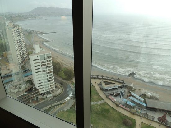 JW Marriott Hotel Lima: Shot from our room, 21st floor, at the beaches below and Larcomar center on right.