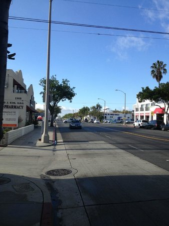BEST WESTERN PLUS Gateway Hotel Santa Monica: Looking towards the beach in Sta Monica Blvs.