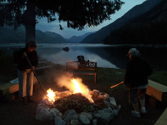 Silver Bay Inn & Resort: The firepit is a great spot at dusk.