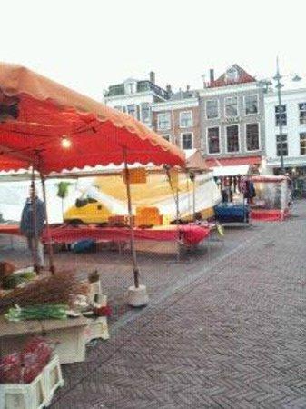 Hotel Amadeus: vendors in square