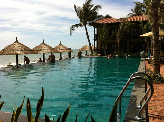 Lotus Village Resort: Pool beach side