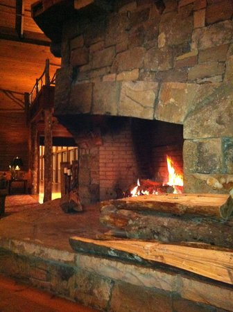 Brasstown Valley Resort & Spa: Lobby Fireplace