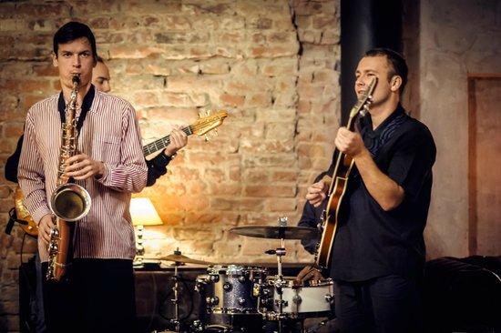 Bar Ktery Neexistuje: Live jazz on the opening night