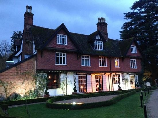 Ravenwood Hall Country Hotel: Ravenwood in the evening