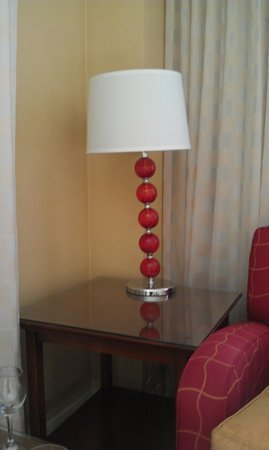 Colorado Springs Marriott: Leaning lamp