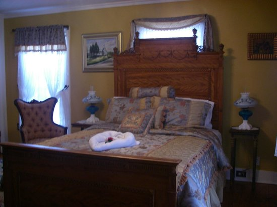 A. C. Stickley Bed and Breakfast: Queen size bed in the Solomon Bell Room