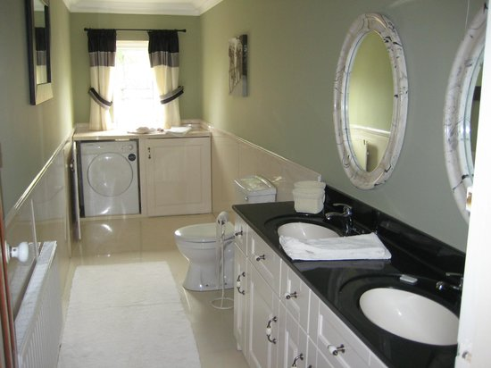 Cahergal Farmhouse: One of the Self-Catering Holiday House Bathrooms