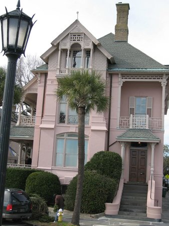 Charleston Footprints Walking Tours: Huge house on the Battery